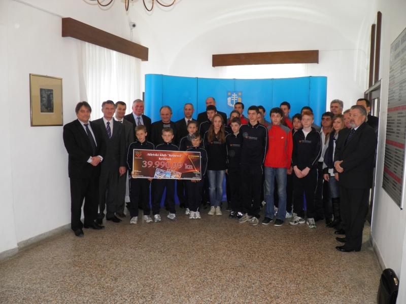Hrvatski olimpijski odbor i Hrvatska Lutrija pomažu mladim sportašima – uručena donacija Atletskom klubu Križevci iz Križevaca